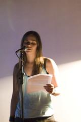 Frau Wahl liest auf der blauen Nacht