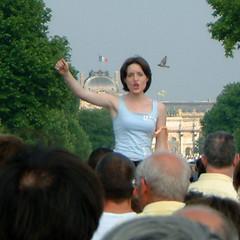 Manifestation_15_juin_2003_Sabine_Herold_poing_leve