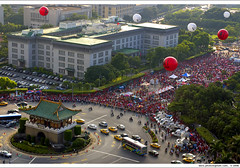 """anti-corruption and depose-Chen"" on day 6 pm 16:33:29 (*dans) Tags: rally balloon protest taiwan 2006 taipei journalism ministryofforeignaffairs  depose  deposechen anticorruptionanddeposechen   kaitakelan onemillionpeopleagainstcorruption"