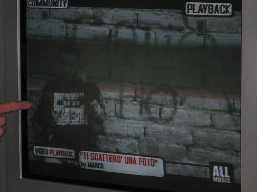 io, kame, appoggiato al muro verso la fine del video, l'indice nella foto è il mio.