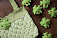 Bolsa Trevo (Rocked My Soul) Tags: brasil bag pin broche pregadeira craft polkadots bolinhas fabric ladybug bolsa clover handbag joaninha botton tecido trevo