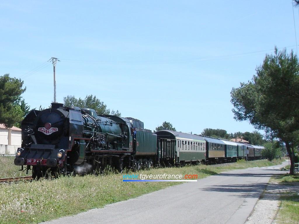 La locomotive 241 P 17 en tête du train 'Mistral Express' approche de la gare de Sausset-les-Pins (mai 2007)