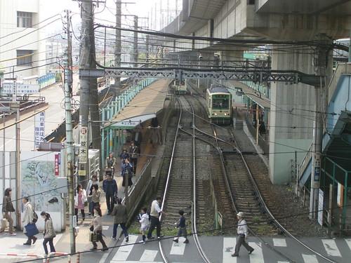 05 駅前の風景-02.橋脚の下の都電