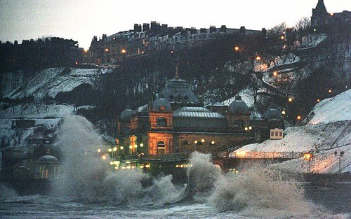 Scarborough Spa battered by waves por Ol' Peculier.