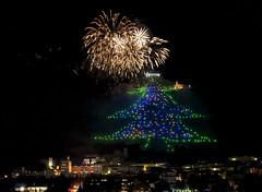 Gubbio - Natale 2016 (R.o.b.e.r.t.o.) Tags: gubbio umbria italia italy alberodinatale fuochidartificio 2016 luci lights night notte christmastree fireworks