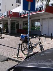 Bicicleta estacionada frente ao Polisuper