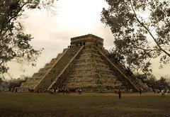 Descubriendo otros tiempos (FotOKAZ) Tags: mxico maya chichenitza ruina yucatn archeology vacations vacaciones piramide arqueologa