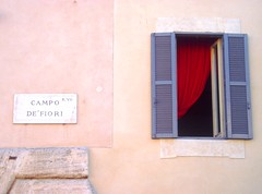 Red curtain (the bbp) Tags: red roma window rouge rojo finestra rosso campodefiori giordanobruno thebbp