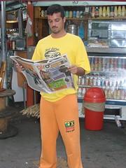Leitor lendo o jornal - edição 5/ 06 de abril - no Largo 13.