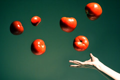 Tomates voladores (Skymix) Tags: lighting red green hand tomates mano rojos jugosos superbmasterpiece bratanesque superhearts
