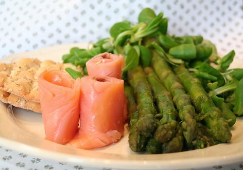 Insalata d'asparagi e salmone affumicato