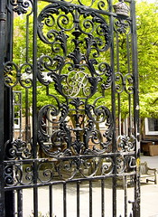 St James's Church Piccadilly -  George VI wrought iron gate (and Catalpa tree) (londonconstant) Tags: uk england london architecture wroughtiron christopher piccadilly courtyard gb southside wren ironwork benches londra westend vi catalpa stjameschurch stjamess costi georgevi citytrees londonconstant