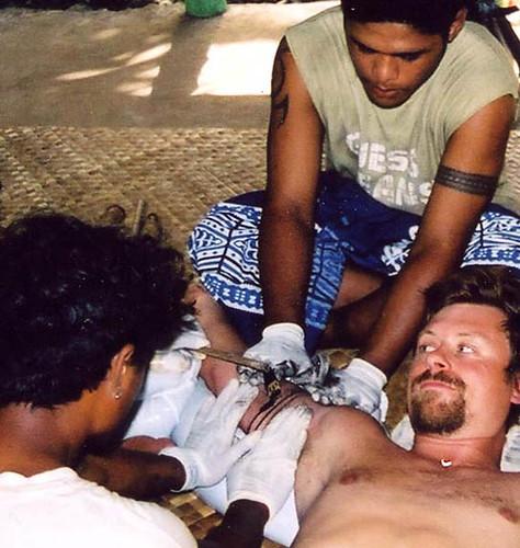 Tattoo Samoa Petele Suluape. Suluape hackar in en traditionell Samoansk