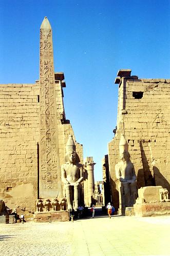 1998 28 Obelisk van Ramses II voor de Luxor tempel, Egypte por Hans Ollermann.