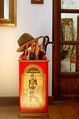 DSC_0071 (raitana_mora) Tags: de casa interior sombrero paraguas pequeño paragüero lopequeñodecasa