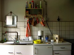frieden (Henry.) Tags: spiegel kaffee kche herd schssel khlschrank lappen handtuch geschirr kaffeemaschine sple schrnke brotmaschine brandenburgadd