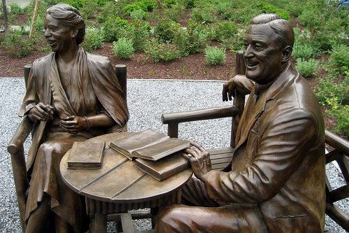 NY - Hyde Park: FDR NHS - Senator Robert S. Kerr Memorial Garden - Franklin Delano and Eleanor Roosevelt statue