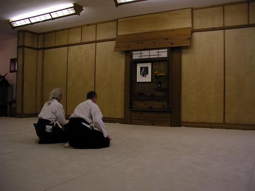 Luptătorii se închină fondatorului Aikido Morihei Ueshiba