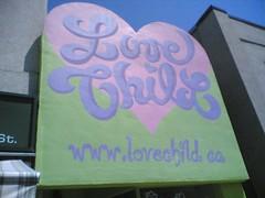 Anglų lietuvių žodynas. Žodis love-child reiškia euf. meilės vaikas (apie nesantuokinį vaiką) lietuviškai.