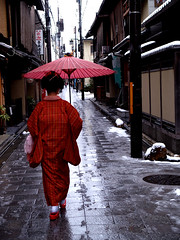 Miyagawa-cho (Masahiro Makino) Tags: red snow girl rain japan umbrella kyoto pavement olympus maiko   e1  reddress    1454mm  zuikodigital nikonstunninggallery abigfave angkorset