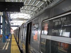 Tren D estacionado en Stillwell Avenue, cortesía de Mtl_Shag