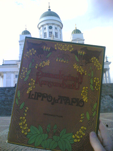 Libro religioso finlandés, enfrente de la catedral