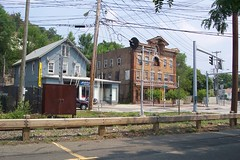 The Hotel Suffern, now a closed beer joint, and the house next door 8-13-05 (DeanLand) Tags: 2005 ny newyork hudsonvalley suffern 10901 deanland okjoe georgewashingtonslepthere