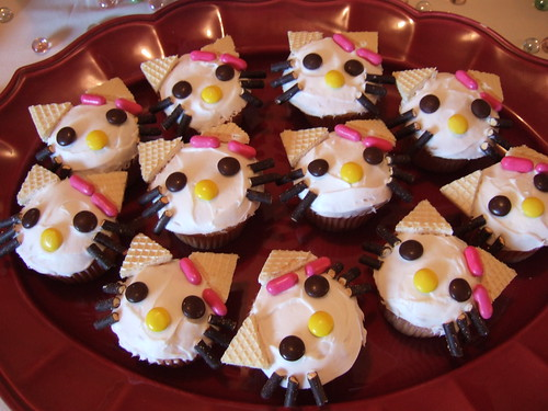 CUTE HELLO KITTY CUPCAKES: CAT FACE DESSERTS FOR TEA PARTY.