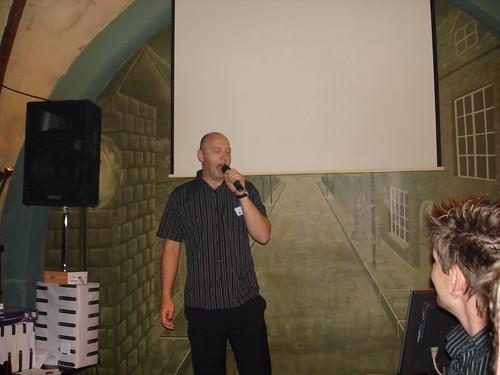 Alan Webb singt New York, New York bei der Karaoke Show