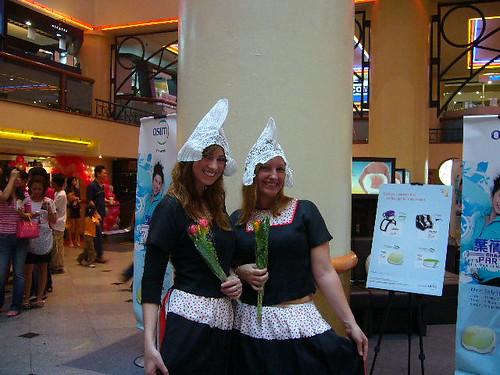 holandesas con trajes típicos y tulipanes