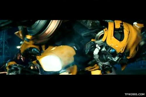 Pelicula de Transformers: Bumblebee agachado