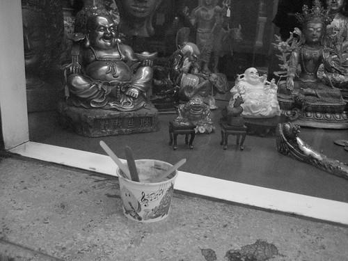 buddha nach einem becher eis
