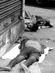 senza parole......No words (Monia Sbreni) Tags: street travel sleeping people bw india monochrome strada bambini indian poor persone indie viaggi kolkata bengal calcutta biancoenero reportage povert miseria sfidephotoamatori moniasbreni reportase