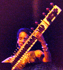 070515 Anoushka Shankar playing Sitar (HOFFMAN'S CLUB) Tags: music munich concert hoffmann hoffman sitar walterhoffmann anoushkashankar hoffmansclub
