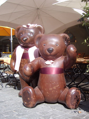 two bears outside the Restaurant Zunft zu Webern