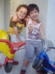 Miguel & Matheus (Marlus Biela) Tags: miguel abrao criana tio joao sobrinho biela matheus motoca raimundo marlus