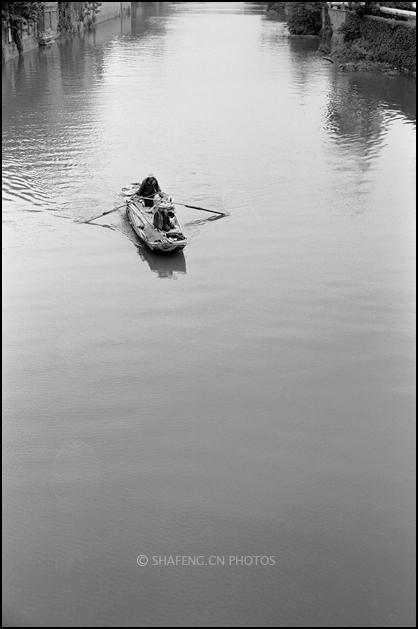 河道里的小船儿