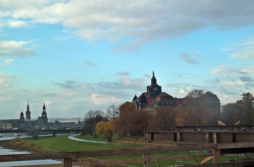 Blick Elbabwärts von Seite der Neustadt. Rechts die Sächsische Staatskanzlei.