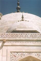 dome of the Taj Mahal (sftrajan) Tags: india architecture arquitectura tomb mahal tajmahal agra unescoworldheritagesite architektur marble unescoworldheritage  architettura architectuur 2007 arkitektur shahjehan mughal  nikonem architektura unescowelterbe mumtaz yamuna patrimoniodelahumanidad mumtazmahal patrimoinemondial    mostbeautifulbuildingonearth  ptszet  dnyamiraslar