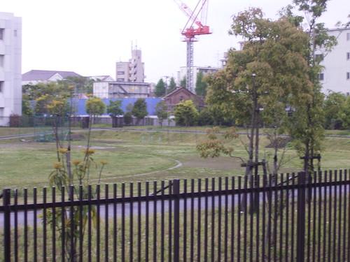 19 稲荷公園、目の前は駐屯地