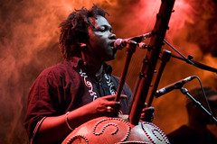 Ba Cissoko on fire @ Wereldfeest (el*bandido) Tags: africa red leuven festival guinea concert belgium drieduizend smoke livemusic rook rood canoneos350d brabant kora bacissoko africanmusic guinee bruul wereldfeest canonef85mmf18usm