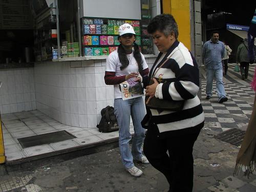 Distribuição em frente ao metrô Santana - entrega um a um nas ruas da edição 12/ 25 de maio.