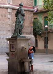 Is anybody listening? (baralunacy) Tags: barcelona people lights spain shadows couples catalonia retratos espana catalunya cafs dimagez2 plaadelavirreina barcalunacy barriodegrcia ysplix