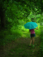 In the rain (K2D2vaca) Tags: green rain umbrella woods littlesister welcomeall superaplus aplusphoto flickrelite k2d2vaca brppc07 winnerbc