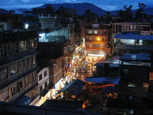 Thamel, Kathmandu at night por Crystal, Mario & the Bean.