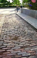 19th Century Brick Lane, Greenwich Village Img_0151 (Lanterna) Tags: old sunlight newyork brick spring lane lanterna greenwichvillage bycicle canonpowershota75