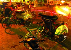 Dua becak di Jalan Malioboro (Farl) Tags: street city night indonesia nightlights market tricycle yogyakarta jalan pedicab agora becak malioboro