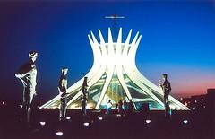 Anoitecer (VanMagenta) Tags: brazil sol niemeyer azul brasil flickr canoneos30 magenta catedral van federal por brasilia distrito vanmagenta