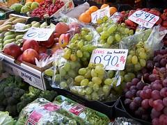 Fruteria (Micheo) Tags: food frutas shop fruit arcoiris table lunch store rainbow colours market comida colores fruta mercado tienda grapes mesa almuerzo vegetales uvas greengrocer frutera micheo estoyhastalasnaricesdequeutilicenestafotosindecirlo