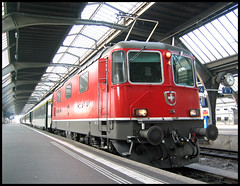 After the journey (roomman) Tags: 2005 switzerland schweiz suisse zurich zürich town city 1114 re re44 44 engine red colours station railway railways train trains schnellzug ffs sbb cff transport express